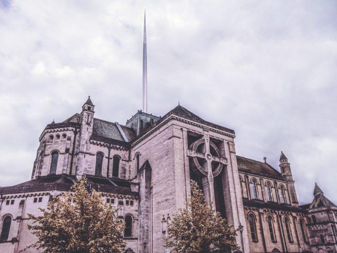 St. Anne's Cathedral, Belfast, Irlanda del Norte / Foto: k Mitch Hodge (unsplash)