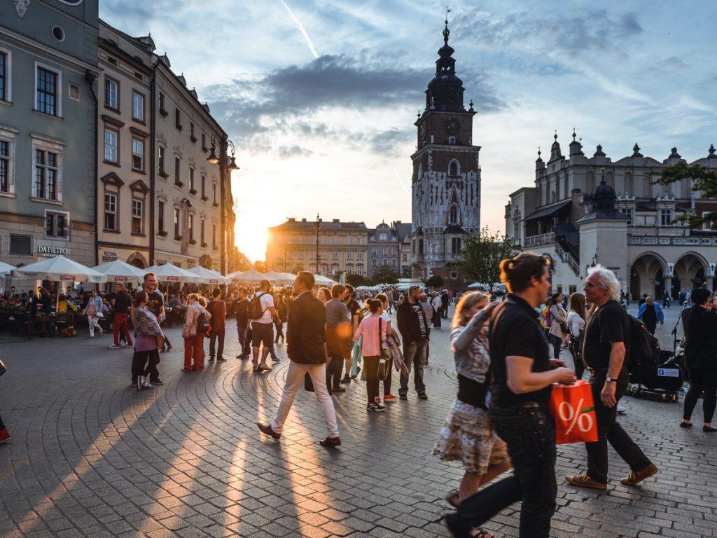 Turistas en la Plaza del Mercado Principal de Cracovia, Polonia / Foto: Jacek Dylag (unsplash)