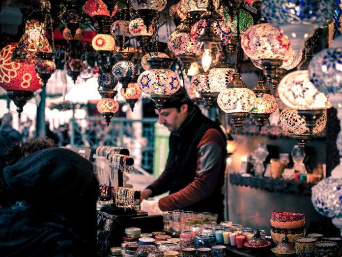 Compras en el bazar / Foto: Wei Pan (unsplash)