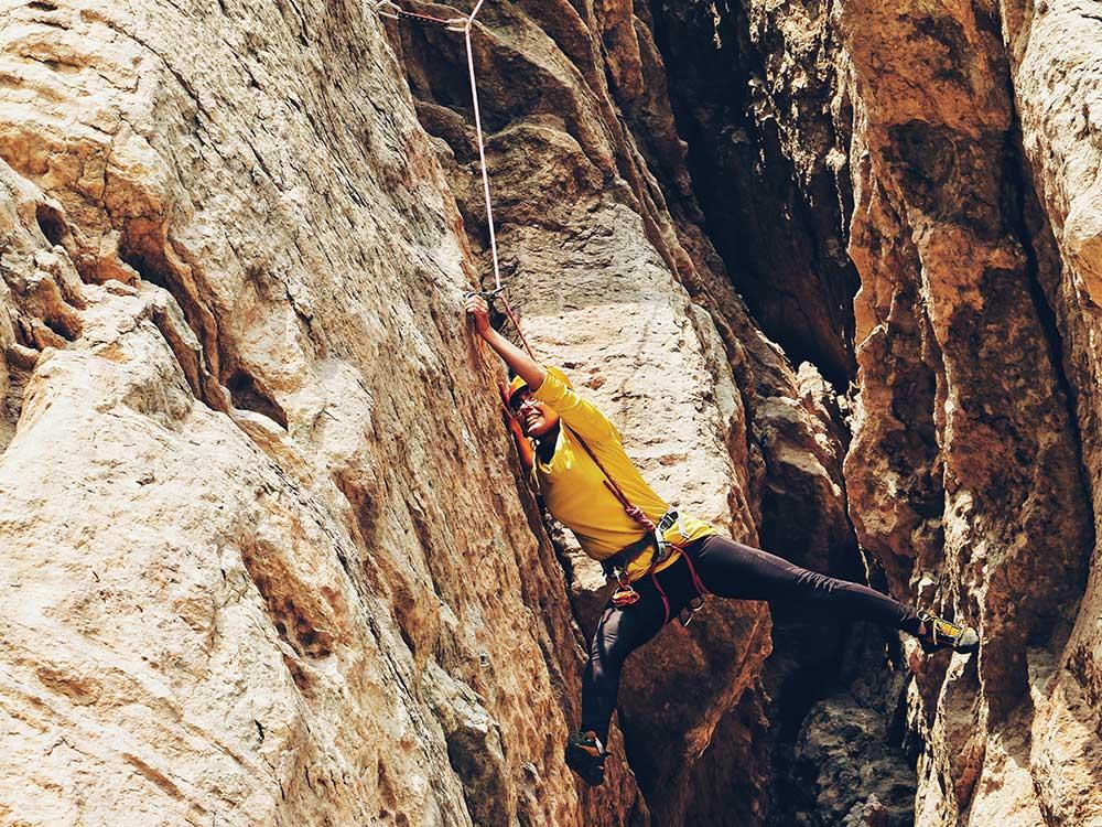 Cuántas calorías se quemas en escalada en roca / Foto: soroush karimi (unsplash)