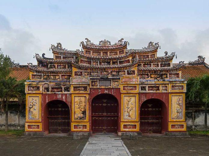 Hue, Vietnam: Puerta dentro del complejo del palacio imperial en Hue / Foto: CEphoto, Uwe Aranas