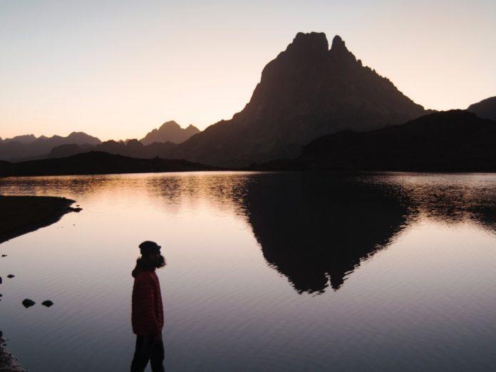 Lacs d'Ayous con el Pico Midi d'Ossau al fondo / Foto: julentto photography (unsplash)