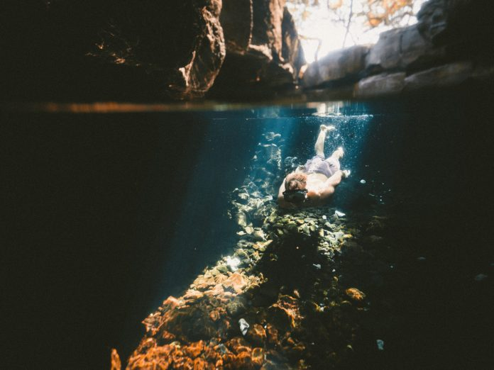 Bucear en los cenotes México / Foto: Jakob Owens (unsplash)