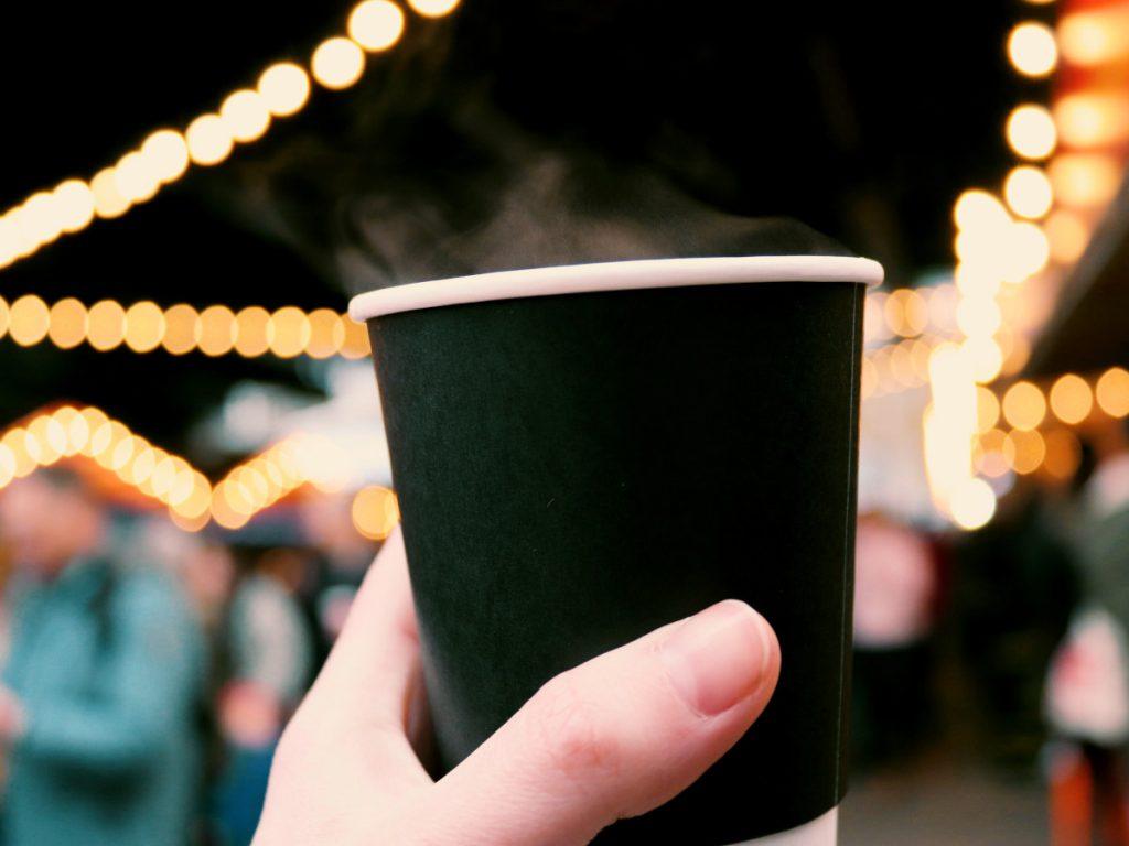 Vino caliente en un Mercado de Navidad / Foto: Sandie Clarke (unsplash)