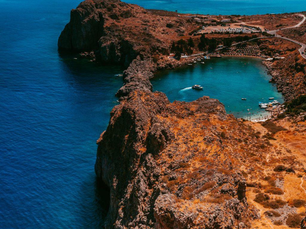 Bahía de St Pauls, Lindos, Grecia / Foto: Vlad Kiselov (unsplash)