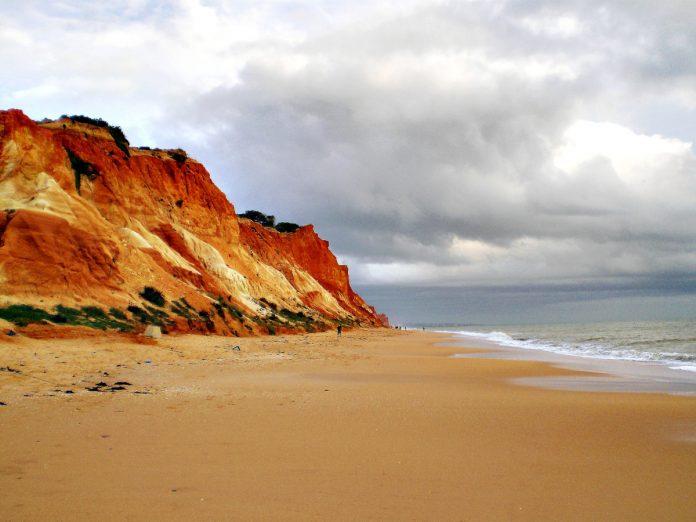 Praia da Falesia, Algarve / Foto: Subtle Awakening (unsplash)