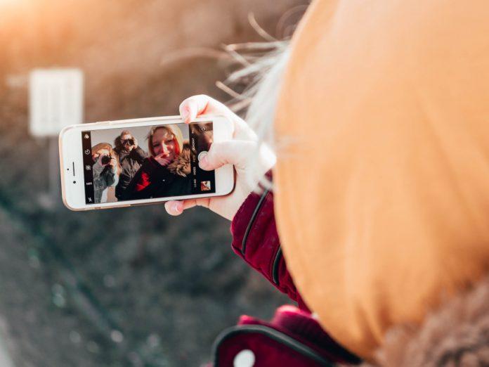 'Selfie' de viajes / Foto: Christian Wiediger (unsplash)