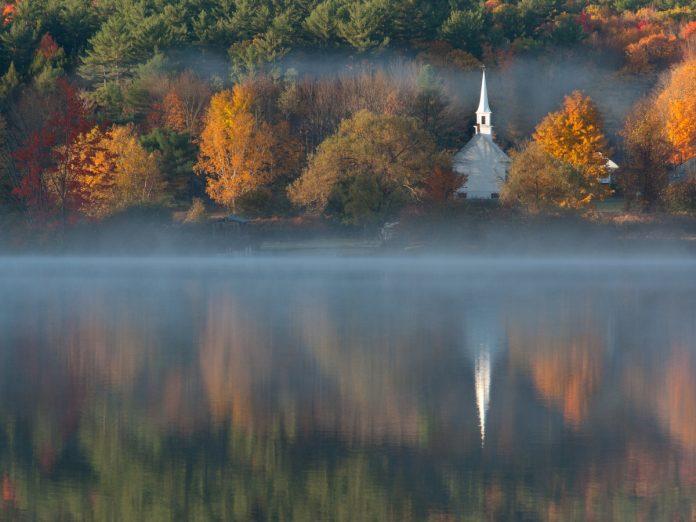 The Little White Church en Eaton, New Hampshire, Nueva Inglaterra / Foto: Peter Lewis (unsplash)
