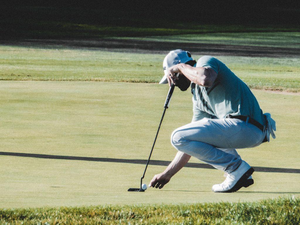 Vacaciones de golf / Foto: Luis Villasmil (unsplash)