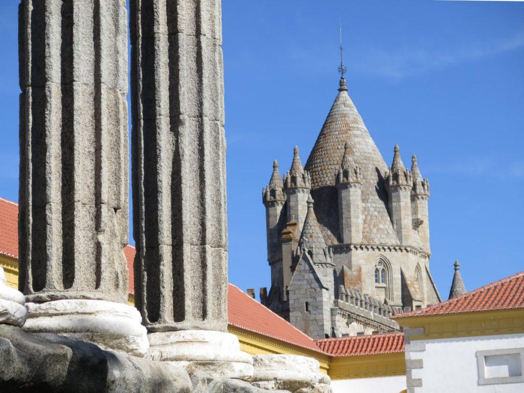 Vista de la Catedral desde las Ruinas del Templo Romano, Évora, Alentejo, Portugal. Foto: Eduardo Azcona